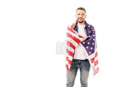 Photo pour Vue de face de l'homme barbu souriant tenant drapeau américain isolé sur blanc - image libre de droit