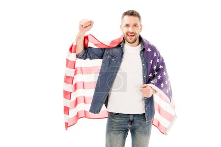 Foto de Vista frontal de hombre barbudo sonriente sosteniendo bandera americana y mostrando sí gesto aislado en blanco - Imagen libre de derechos
