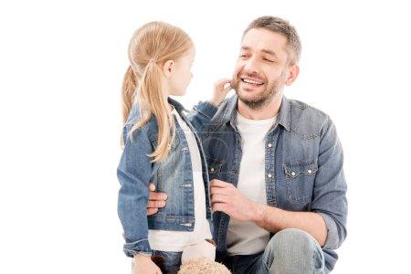 Photo pour Papa de sourire dans des jeans et la fille regardant l'un l'autre d'isolement sur le blanc - image libre de droit