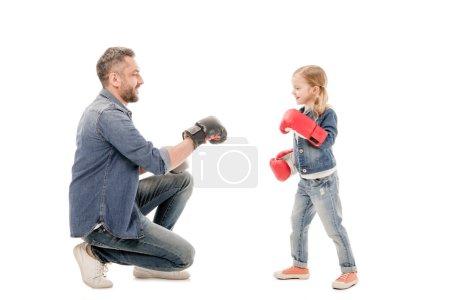 Photo pour Papa et descendant souriants avec des gants de boxe d'isolement sur le blanc - image libre de droit