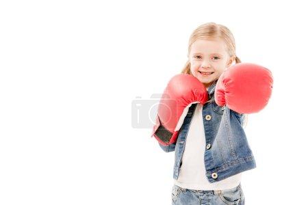 Photo pour Vue avant de l'enfant de sourire dans les gants rouges de boxe d'isolement sur le blanc - image libre de droit