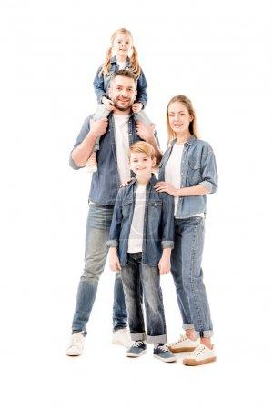 Photo pour Vue pleine longueur de la famille souriante heureuse en jeans isolés sur blanc - image libre de droit