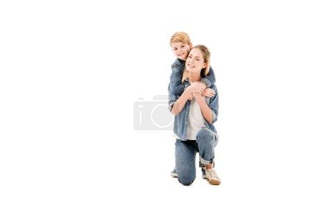 Photo pour Mère et fils heureux embrassant l'isolement sur le blanc - image libre de droit