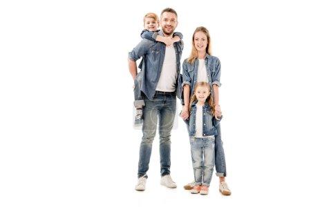 Photo pour Vue pleine longueur de la famille heureuse en jeans souriant isolé sur blanc - image libre de droit