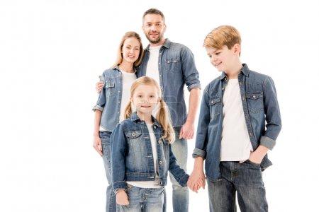 Photo pour Heureuse famille souriante en jeans embrassant et tenant les mains isolées sur blanc - image libre de droit