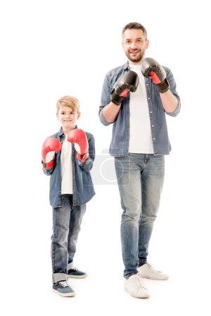 Ganzkörperansicht von Vater und Sohn in Boxhandschuhen isoliert auf weiß