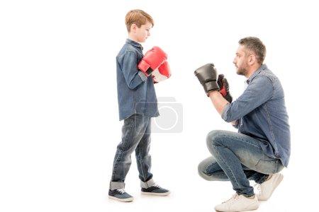 Photo pour Père et fils dans des gants de boxe isolés sur le blanc - image libre de droit