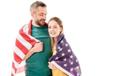 Photo pour Couples de sourire avec le drapeau américain embrassant d'isolement sur le blanc - image libre de droit