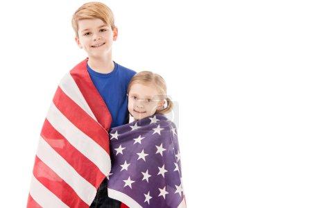 Photo pour Gosses de sourire avec le drapeau américain regardant l'appareil-photo d'isolement sur le blanc - image libre de droit
