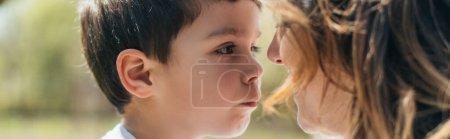 Photo pour En-tête de site Web de garçon mignon regardant mère - image libre de droit