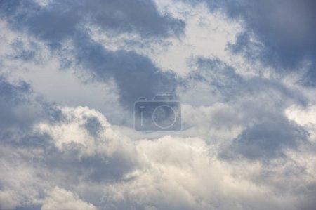 Photo pour Ciel dramatique avec couvert nuageux gris foncé - image libre de droit
