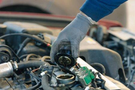 Photo pour Huile moteur changer au vieux voiture sale avec système de gaz de pétrole liquéfié - image libre de droit