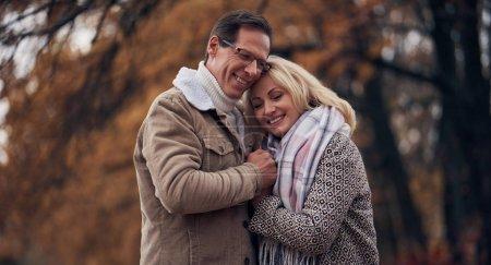 Photo pour Couple de personnes âgées marchant dans le parc en automne. Attrayant femme et bel homme passer du temps ensemble à l'extérieur - image libre de droit