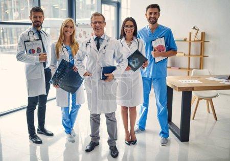 Photo pour Groupe de médecins travaillant ensemble à la clinique. Personnel médical en uniforme . - image libre de droit