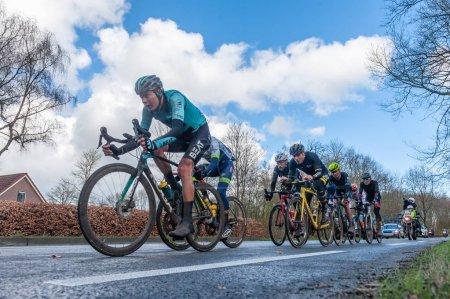 Photo pour Drente, Pays-Bas. 17 mars 2019. Les coureurs de tête de la randonnée cycliste annuelle à travers la province de Drente, connue sous le nom de Ronde van Drente en langue néerlandaise, passent . - image libre de droit