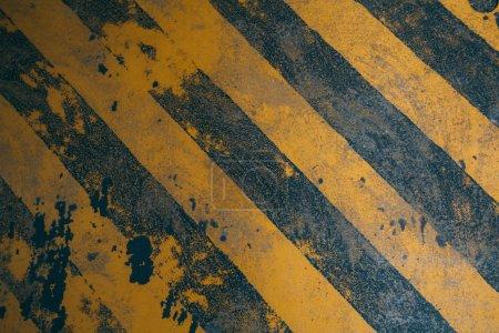 Photo pour Dirty jaune diagonale lignes d'avertissement arrière-plan pour danger de construction - image libre de droit