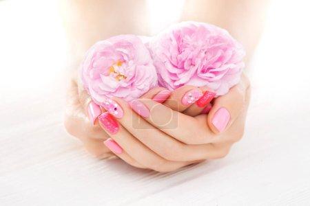 Photo pour Belle manucure rose avec du thé rose. spa - image libre de droit