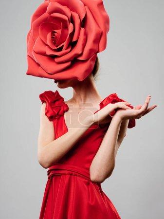Photo pour Femme avec une fleur décorative sur la tête et en vêtements lumineux sur un fond isolé - image libre de droit