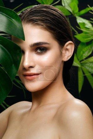 Photo pour Femmes visage et feuilles vertes de palmier peau propre mode de vie sain - image libre de droit