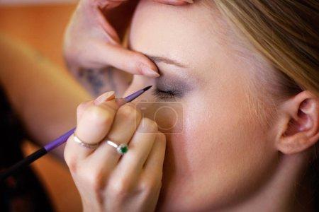 Photo pour Closeup portrait d'une femme ayant appliqué par maquillage artiste - image libre de droit
