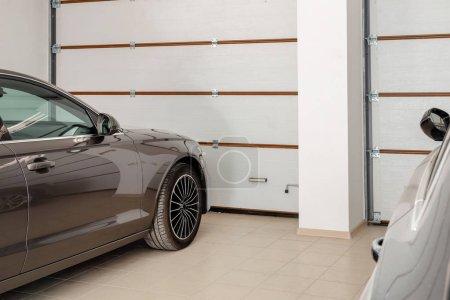 Photo pour Garage du domicile à l'intérieur de deux véhicules. Voitures de luxe propre stationnement à la maison. Portes automatiques de la télécommande. Transport stockage couvert. - image libre de droit