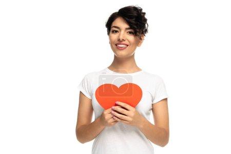 Foto de Mujer latina alegre sosteniendo el cartón rojo en forma de corazón aislado en blanco - Imagen libre de derechos