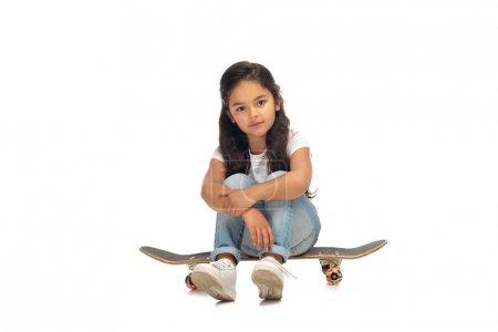 Photo pour Mignon latin enfant assis o penny conseil isolé sur blanc - image libre de droit