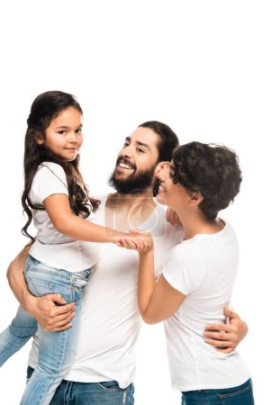 Photo pour Homme latin heureux retenant dans des bras adorable descendant tout en souriant près de la femme d'isolement sur le blanc - image libre de droit