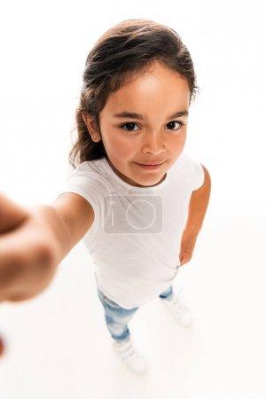 Photo pour Foyer sélectif du sourire latin mignon d'enfant d'isolement sur le blanc - image libre de droit