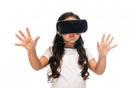 Photo pour Latin enfant gesticulant tout en portant casque de réalité virtuelle isolé sur le blanc - image libre de droit