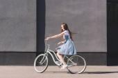 """Постер, картина, фотообои """"вид сбоку молодых счастливая женщина, езда на велосипеде"""""""