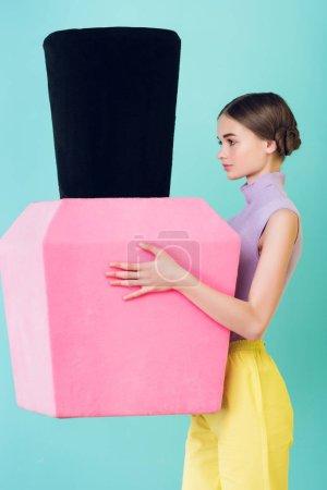 Photo pour Séduisante teen fille tenant grand vernis à ongles, isolées sur les blue - image libre de droit