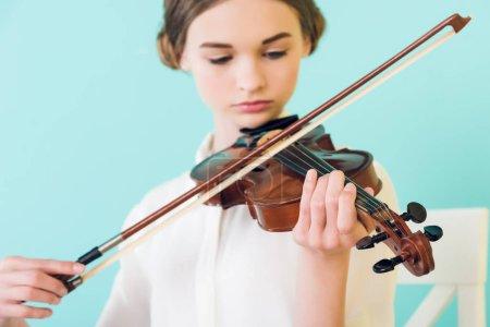 Photo pour Belle fille jouant du violon, isolé sur bleu - image libre de droit