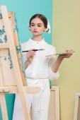 """Постер, картина, фотообои """"Красивый подросток художник живопись на мольберт с кисти и палитра"""""""
