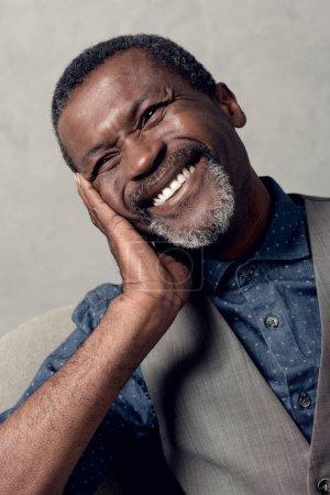 Photo pour Portrait de rire mature afro-américain dans gilet - image libre de droit