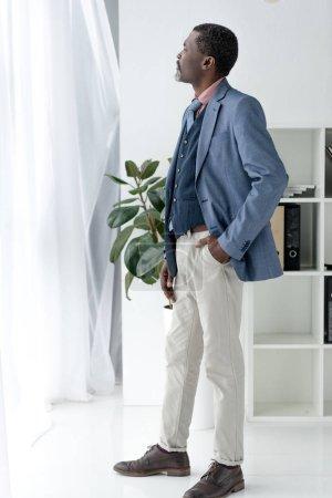homme mûr afro-américain en costume élégant