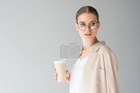 stylische junge Frau mit Pappbecher Kaffee isoliert auf grau