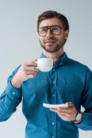 Photo pour Séduisante jeune homme avec une tasse de café isolé sur blanc - image libre de droit
