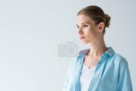 Foto de Primer plano retrato de elegante mujer joven aislada en gris - Imagen libre de derechos