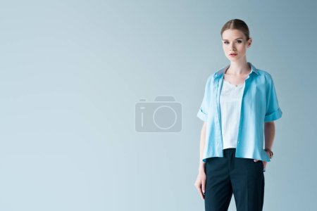 Photo pour Belle jeune femme en vêtements isolés sur fond gris - image libre de droit