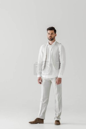 Foto de Hombre serio en lino ropa mirando a cámara aislada sobre fondo gris - Imagen libre de derechos