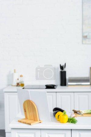 Foto de Verduras y libro de recetas de cocina en cocina ligera - Imagen libre de derechos