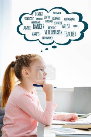 Photo pour Vue latérale de l'écolière réfléchie tenant le stylo et regardant loin tout en étudiant avec des mots de différentes professions dans la bulle de la parole - image libre de droit