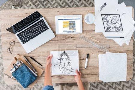 Foto de Imagen recortada de artista femenina poner pintura sobre mesa con ordenador portátil y tableta digital con booking.com en pantalla - Imagen libre de derechos