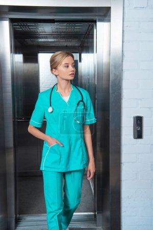 attraktive Medizinstudentin zu Fuß vom Fahrstuhl der Medizinischen Universität