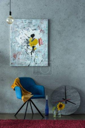Photo pour Chaise bleue et moderne de peinture sur le mur du Bureau - image libre de droit