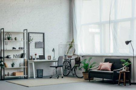 Photo pour Intérieur de la salle de séjour avec table, étagères et canapé - image libre de droit
