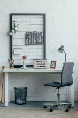 Photo pour Ordinateur portable avec chargement youtube page table de bureau moderne - image libre de droit