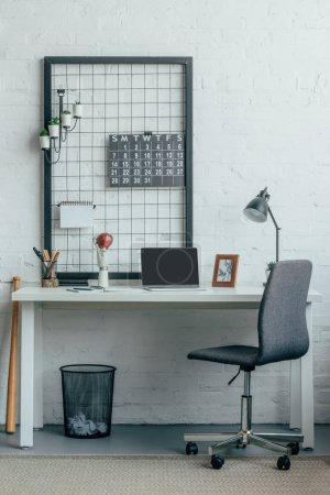 Photo pour Ordinateur portable avec un écran blanc sur table en léger de bureau modern - image libre de droit