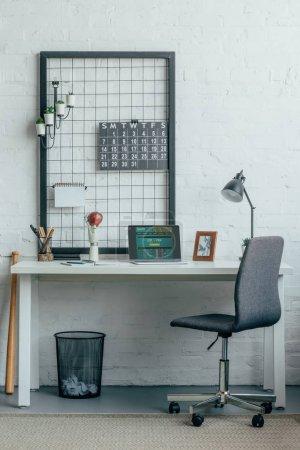 Photo pour Ordinateur portable avec chargé sportsbet page table de bureau moderne - image libre de droit